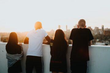 Νέοι που κοιτάζουν από ψηλά