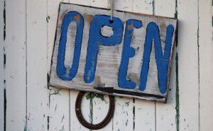 Ταμπέλα με την επιγραφή Open