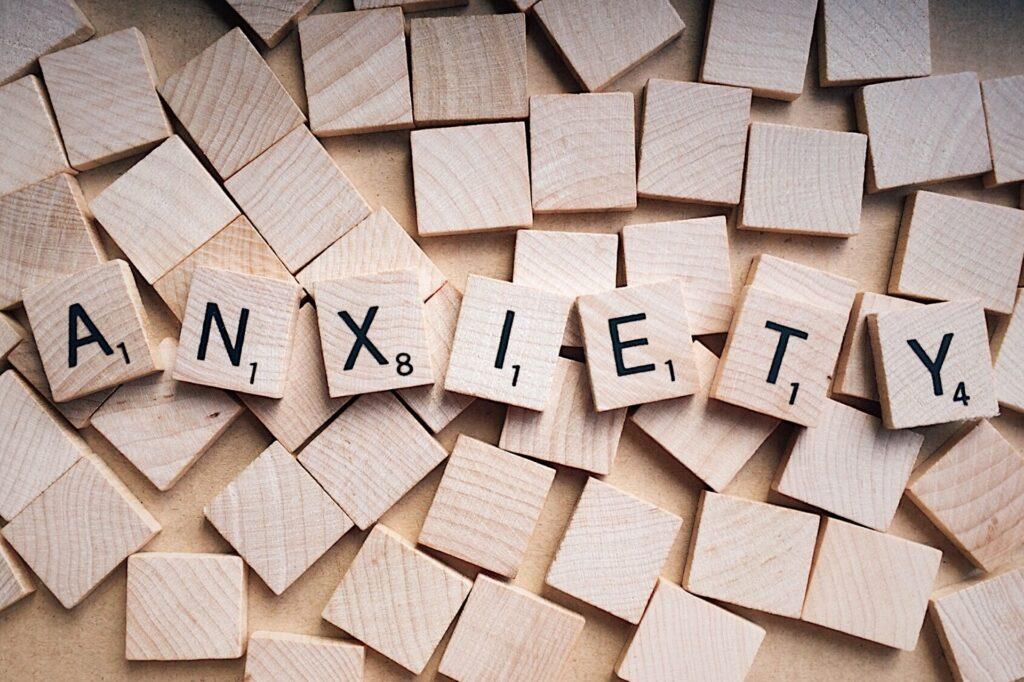Λέξη για το άγχος γραμμένη σε κυβάκια